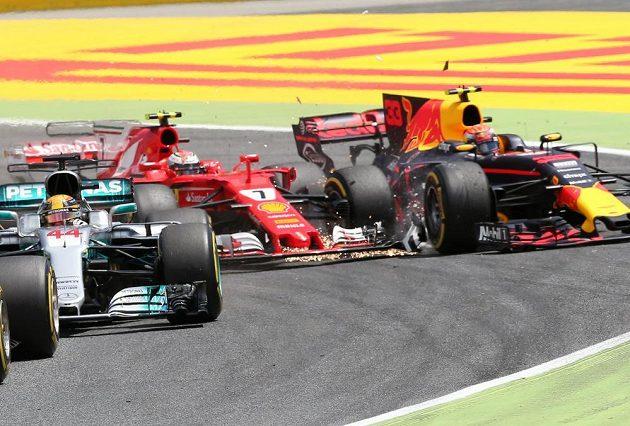 Kimi Räikkönen a kolize s Maxem Verstappenem ve Španělsku.