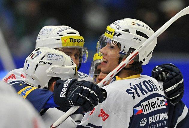 Plzeňští hokejisté slaví gól v síti Litvínova. Vpravo je střelec branky Ján Sýkora.