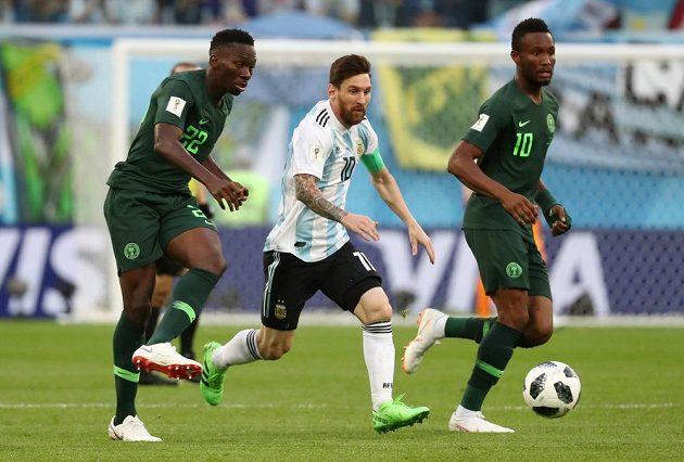 Argentinec Lionl Messi (10) a bránící Nigerijci Kenneth Omeruo (22) a John Obi Mikel.