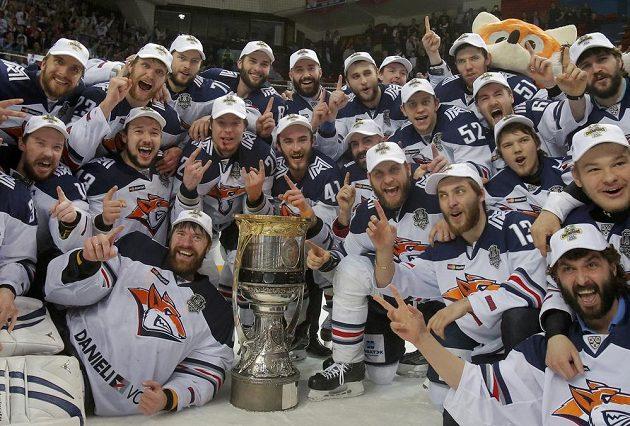 Hokejisté Magnitogorsku s Gagarinovým pohárem pro vítěze KHL.