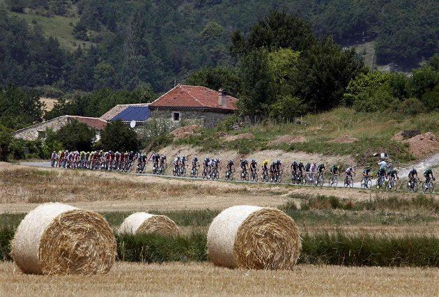 Cyklisté na trati patnácté etapy Tour de France, která vedla z Givors do Mont Ventoux.