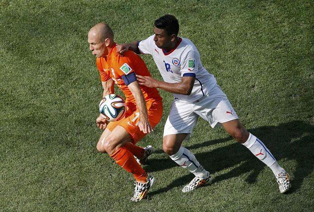 Arjen Robben (vlevo) si kryje míč před chilským obráncem Gonzalem Jarou.