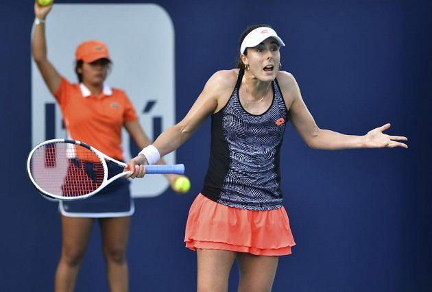 Francouzská tenistka Alize Cornetová se zlobí během utkání s Karolínou Plíškovou na turnaji v Miami