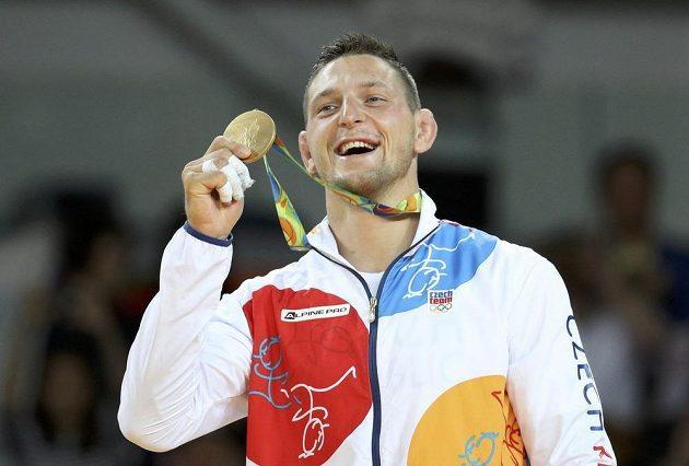 Lukáš Krpálek pózuje se zlatou medailí.
