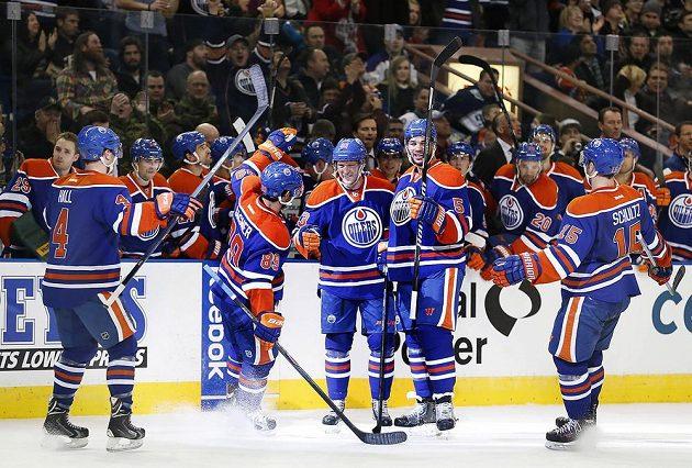 Edmontonská radost: Aleš Hemský (83) uprostřed houfu spoluhráčů na ledě slaví svůj druhý gól proti Ottawě.