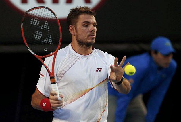 Stanislas Wawrinka chytá míček při finále Australian Open proti Rafaelu Nadalovi.