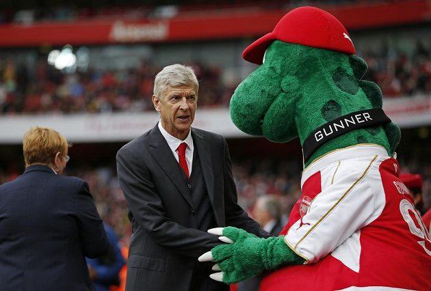 Manažer Arséne Wenger si podává ruku s maskotem Kanonýrů.