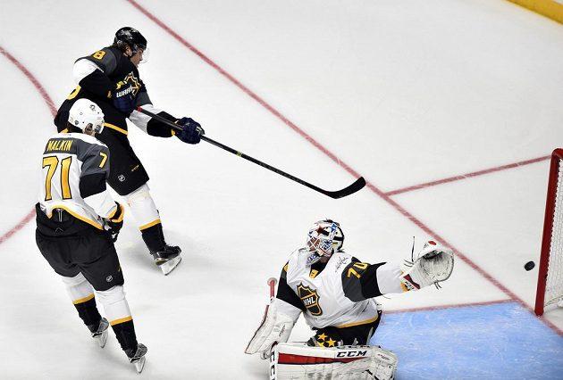 Jaromír Jágr překonává Bradena Holtbyho v semifinále Utkání hvězd NHL.