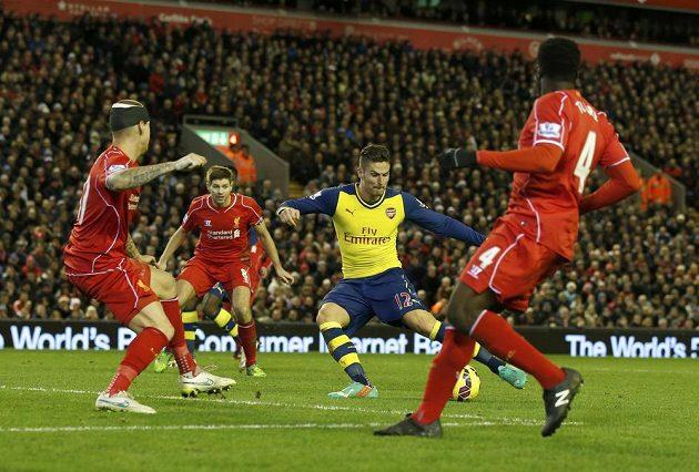 Útočník Arsenalu Olivier Giroud střílí gól do sítě Liverpoolu.