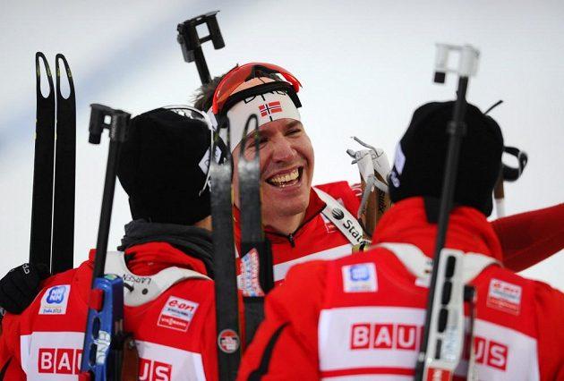 Emil Hegle Svendsen se raduje s ostatními členy norské štafety z vítězství.