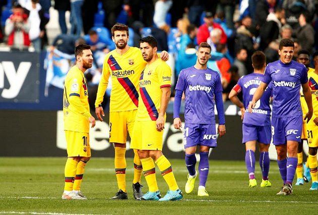 V sobotu liga proti Leganes. Barcelonští Lionel Messi (vlevo), Luís Suárez a také Gerard Piqué (druhý zleva).