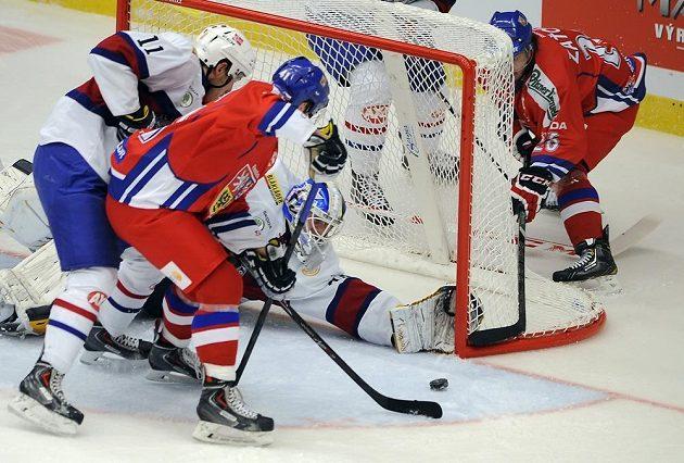 Norská obrana a brankář Lars Volden se pokoušejí eliminovat Tomáše Filippiho (uprostřed), jemuž v akci pomáhá Martin Zaťovič.