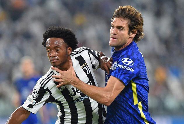 Juan Cuadrado z Juventusu (vlevo) v souboji s Marcesem Alonsem z Chelsea