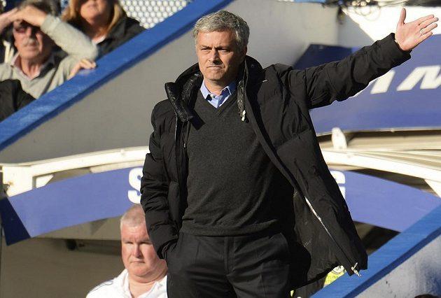 Kouč Chelsea Mourinho gestikuluje směrem k rozhodčímu Deanovi během domácího duelu proti poslednímu Sunderlandu.