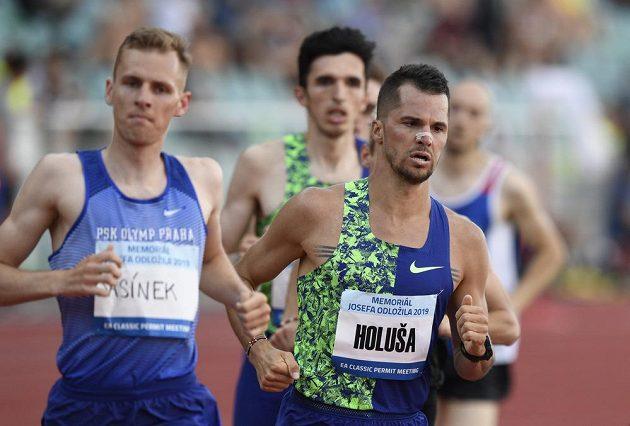 V závodu na 1500 metrů na atletickém Memoriálu Josefa Odložila bojují čeští běžci Filip Sasínek a Jakub Holuša.