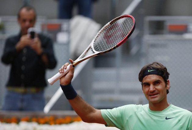 Švýcar Roger Federer slaví postup na turnaji v Madridu, kde zdolal ve dvou setech Radka Štěpánka.