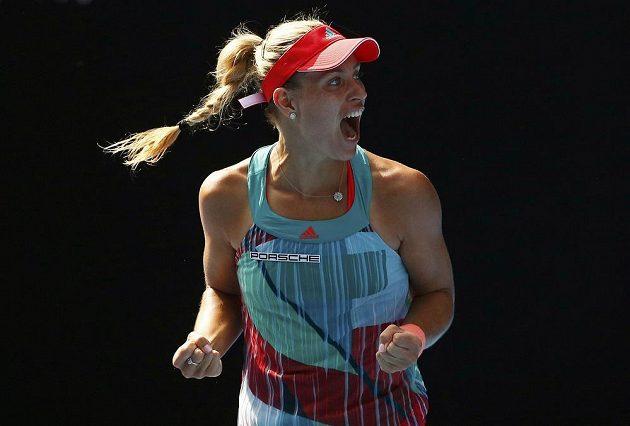 Němka Angelique Kerberová se raduje z vítězství nad Britkou Johannou Kontaovou.