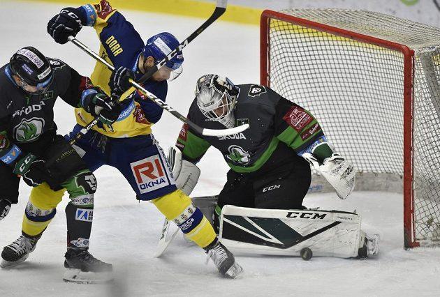 Lukáš Krejčík ze Zlína a brankář Mladé Boleslavi Jan Růžička v utkání třetího předkola play off..