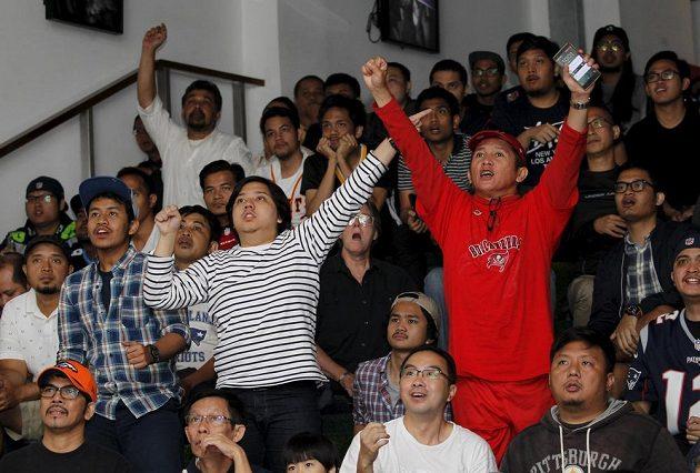 Fanoušci hromadně sledovali 50. Super Bowl mezi Carolinou a Denverem i na různých mníst světa, snímek je z amerického kulturního centra v Jakartě.