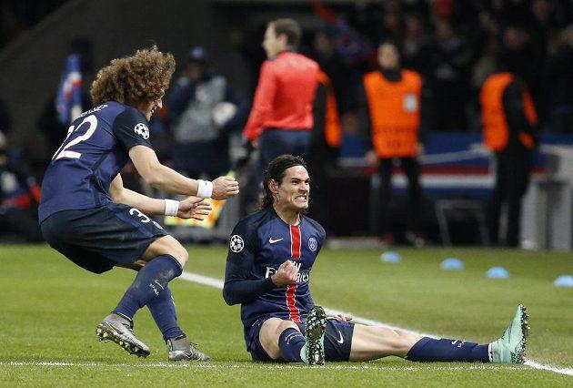 Útočník PSG Edinson Cavani (vpravo) slaví se spoluhráčem Davidem Luizem gól proti Chelsea.