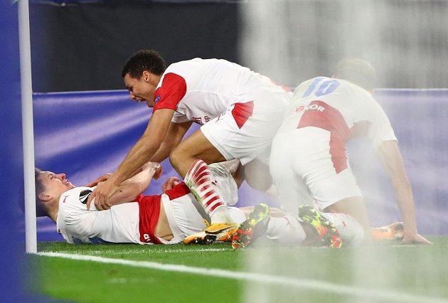 Slávista Lukáš Provod (ležící na zádech) se raduje se spoluhráči z gólu proti Leicesteru.