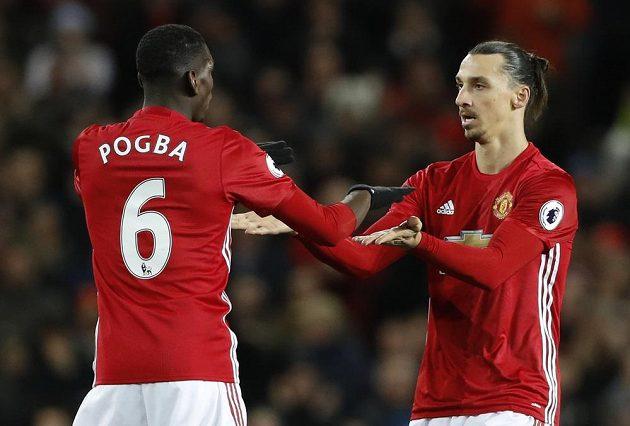 Paul Pogba gratuluje ke gólu Zlatanu Ibrahimovicovi.