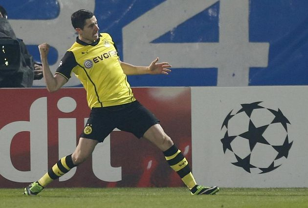 Útočník Borussie Dortmund Robert Lewandowski slaví úvodní gól zápasu na půdě Marseille.