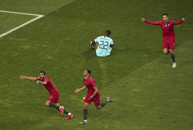 Portugalec Goncalo Guedes (druhý zleva) oslavuje trefu ve finále Ligy národů s Nizozemskem.