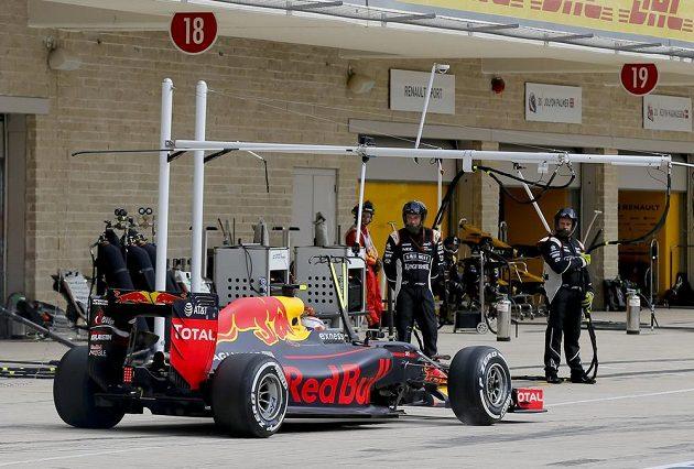 Nizozemec Max Verstappen opouští pit stop.