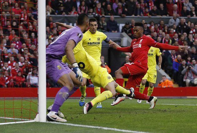 Fotbalista Villarrealu Bruno (uprostřed) si dává vlastní gól v odvetě semifinále Evropské ligy proti Liverpoolu, Daniel Sturridge (vpravo) se mohl jen dívat.