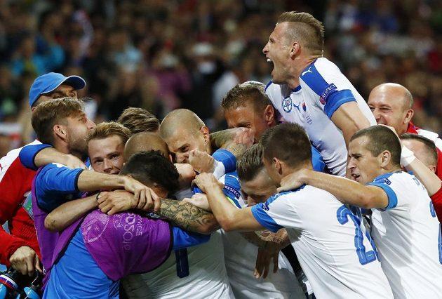 Fotbalisté Slovenska slaví vedoucí gól proti Rusku.