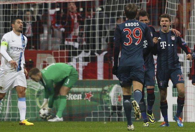 Thomas Müller (vpravo) se raduje se spoluhráči z Bayernu Mnichov z branky do sítě Manchesteru City.
