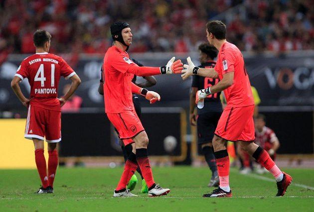 Tak zlom vaz! Petr Čech (vlevo) předává žezlo argentinskému kolegovi Damianu Martínezovi.