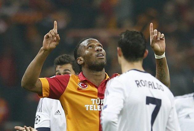 Útočník Galatasraye Didier Drogba se raduje z gólu do sítě Realu Madrid.