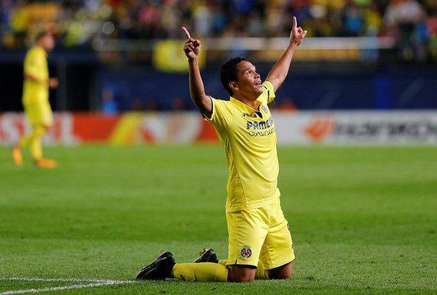 Carlos Bacca z Villarrealu oslavuje gól na 2:2.