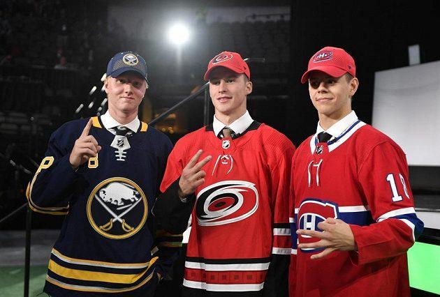 První tři hráči draftu NHL 2018. Zleva švédský bek Rasmus Dahlin, ruský útočník Andrej Svečnikov a finský forvard Jesperi Kontaniemi.