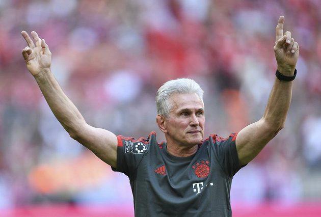 Trenér Bayernu Jupp Heynckes mává na rozloučenou fanouškům mnichovského gigantu před utkáním s VfB Stuttgart. Kouč po sezóně končí na lavičce slavného týmu.