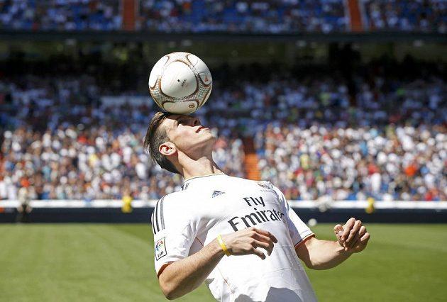 Gareth Bale, nová posila Realu Madrid, předvádí své umění fanouškům Realu Madrid.