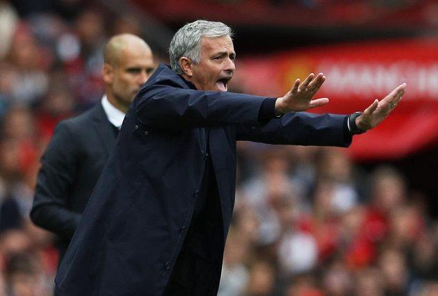 José Mourinho během manchesterského derby, v pozadí jeho velký sok Pep Guardiola.