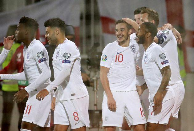 Angličané slaví gól Harryho Winkse (číslo 10).