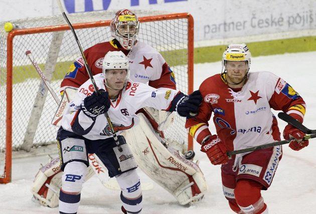 Vlevo vpředu útočník Chomutova Ondřej Kaše, za ním brankář Slavie Dominik Furch a vpravo obránce David Štich.