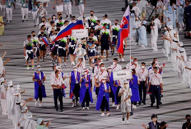 Slovenská výprava nastupuje na Olympijský stadion během zahajovacího ceremoniálu LOH 2021 v Tokiu, v pozadí výprava Slovinska.