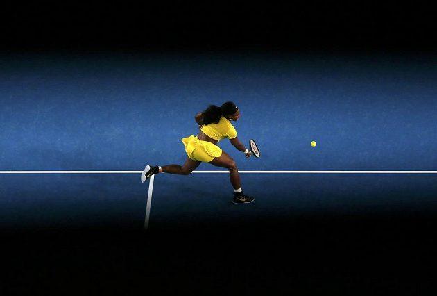 Americká tenistka Serena Williamsová dobíhá míček ve finále ženské dvouhry na letošním Australian Open.