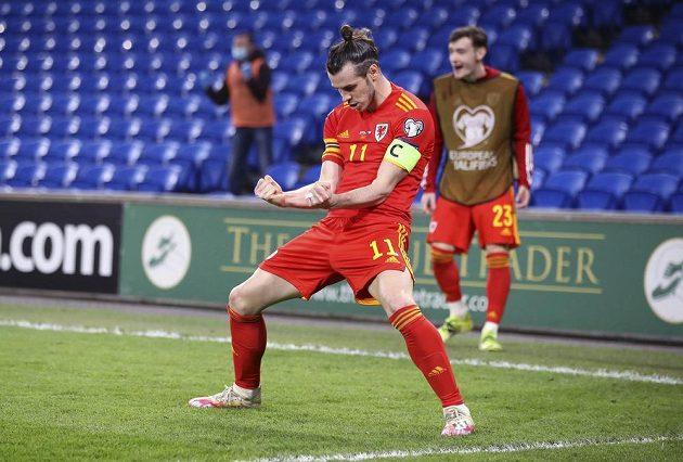 Velšan Gareth Bale slaví vítězný gól svého týmu proti České republice.