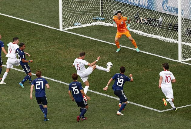 Polák Jan Bednarek střílí gól proti Japonsku.