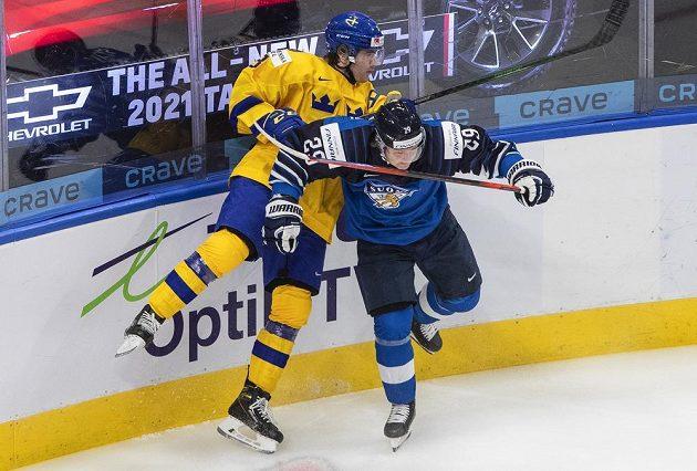 Švédský zadák Tobias Björnfot (vlevo) v souboji s Kasperem Simontaivalem z Finska.