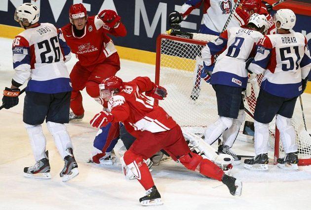 Dánský hokejový útočník Morten Green (vpředu v červeném dresu) se raduje ze vstřelení vítězného gólu proti Slovinsku.
