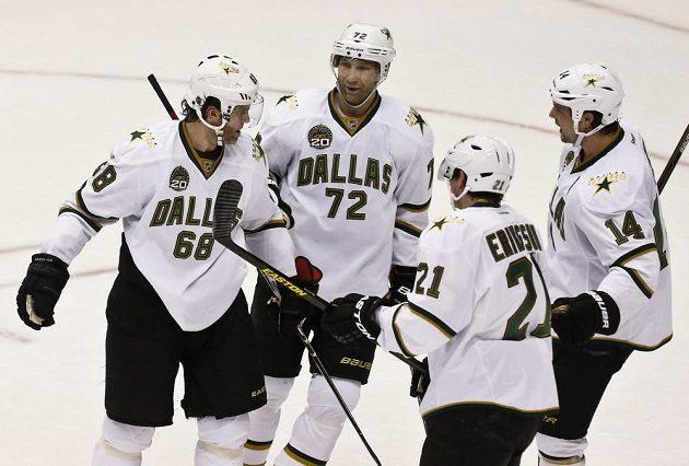 Hráči Dallasu gratulují Jaromíru Jágrovi (zcela vlevo) ke vstřelení branky Phoenixu.