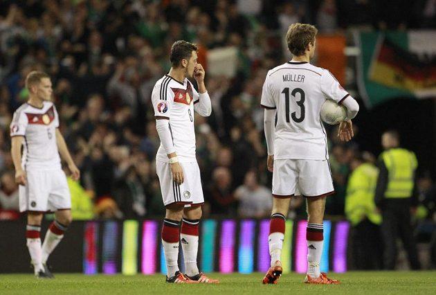 Smutní němečtí fotbalisté po inkasovaném gólu v Irsku. Vpravo Thomas Müller, uprostřed Mesut Özil.