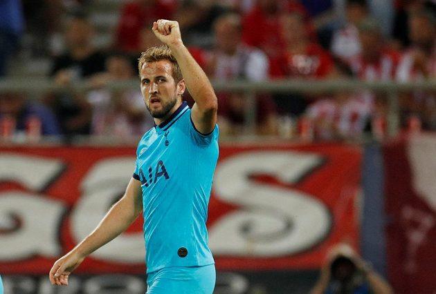 Harry Kane z Tottenhamu se raduje, právě otevřel skóre proti Olympiakosu.